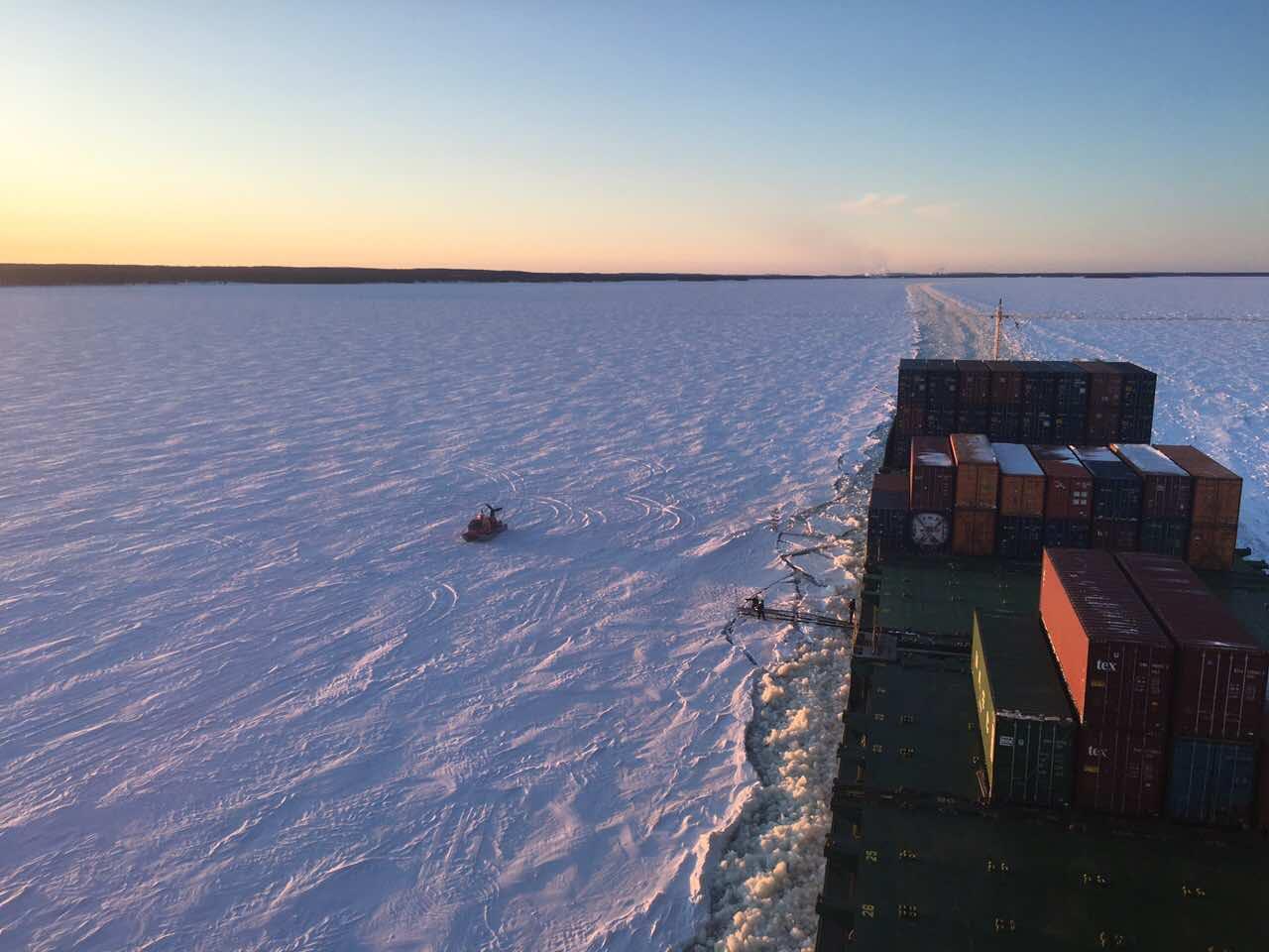 контейнеровоз во льдах