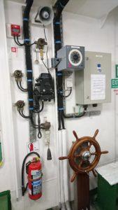 Пост аварийного управления рулем грузового судна.