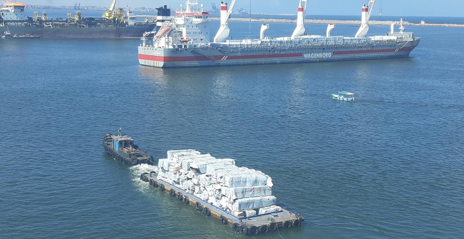 Буксировка лихтера с пиломатериалами на рейде порта Александрия