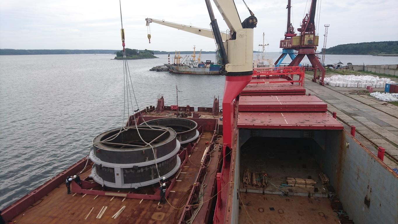 Моряки отсоединяют стропа от секции на барже.