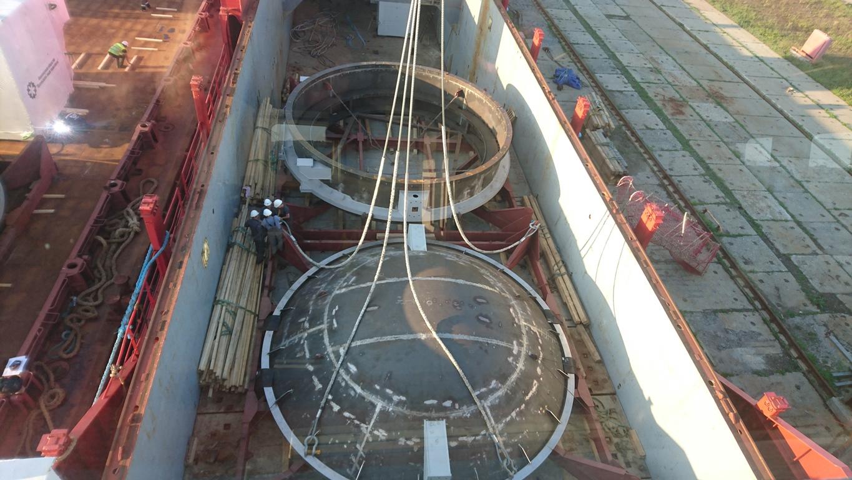 Секции вакуумной камеры на твиндеке судна.