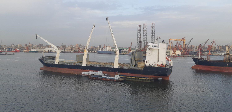Выгрузка пиломатериалов с сухогруза BBC Thames на рейде Александрии
